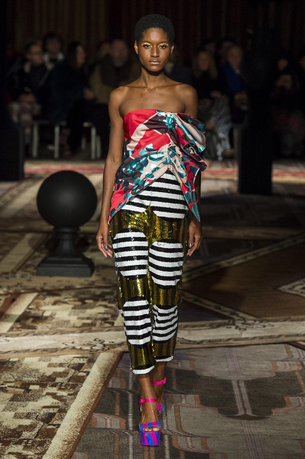 Halpern时装系列将幻想印花应用于宽大的缎面外套展示垂褶技巧-6.jpg