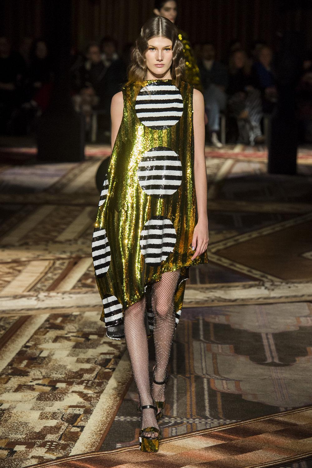 Halpern时装系列将幻想印花应用于宽大的缎面外套展示垂褶技巧-7.jpg