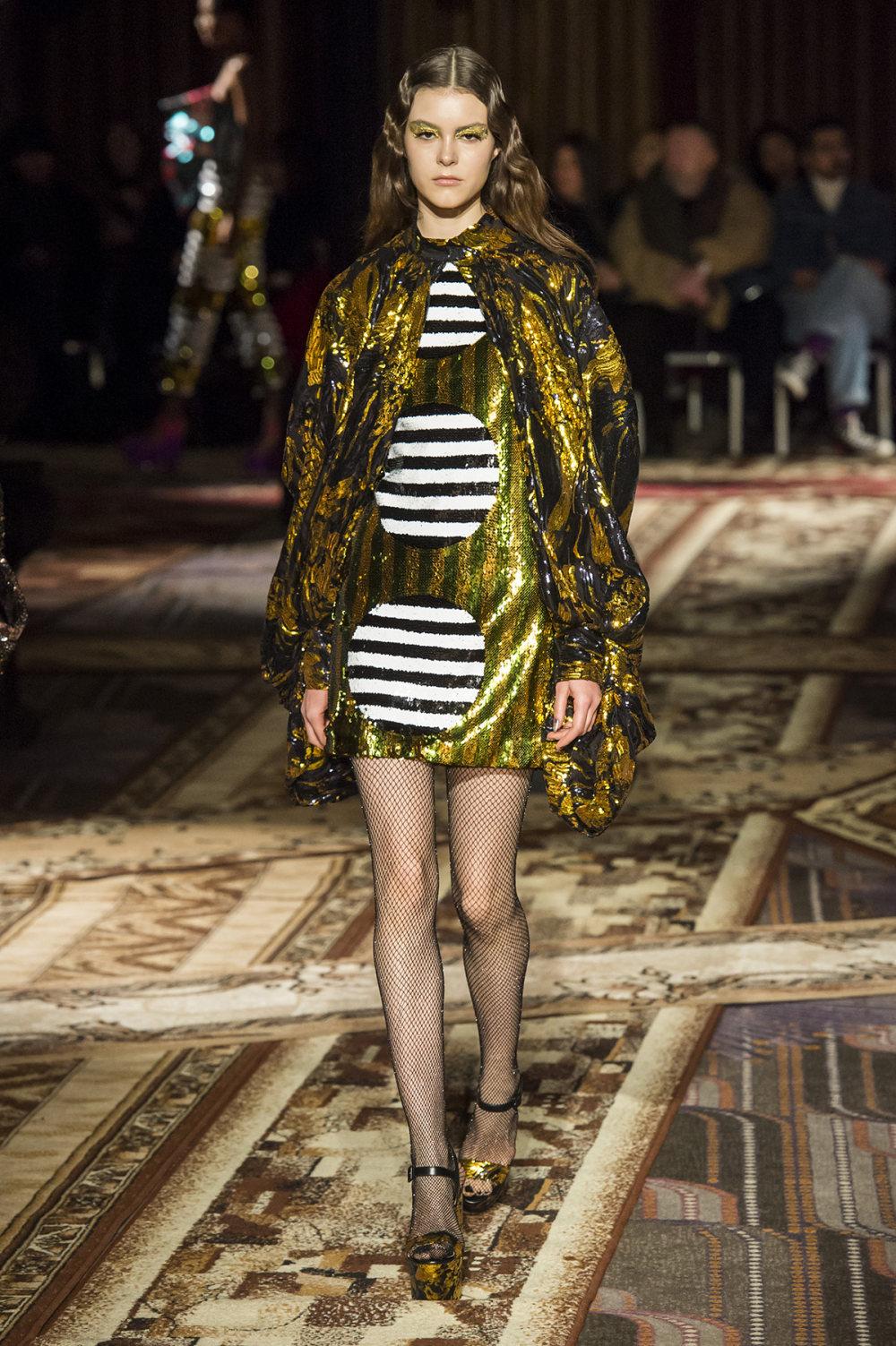 Halpern时装系列将幻想印花应用于宽大的缎面外套展示垂褶技巧-10.jpg