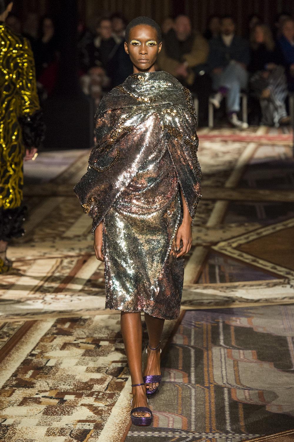 Halpern时装系列将幻想印花应用于宽大的缎面外套展示垂褶技巧-11.jpg