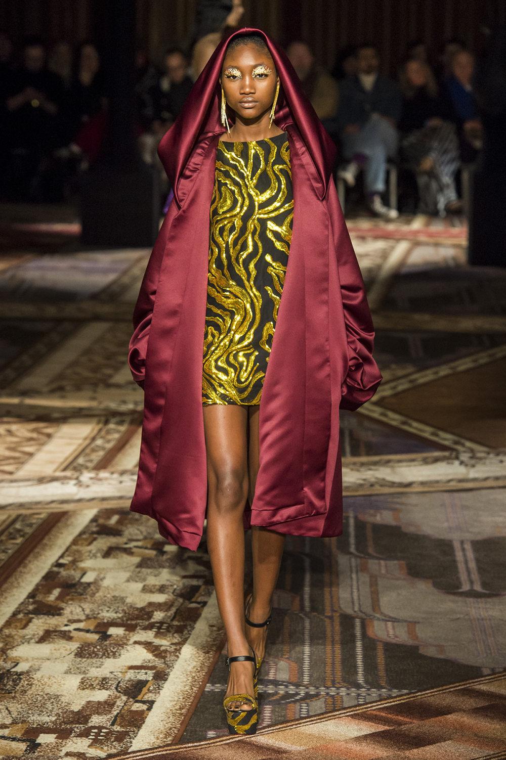 Halpern时装系列将幻想印花应用于宽大的缎面外套展示垂褶技巧-13.jpg