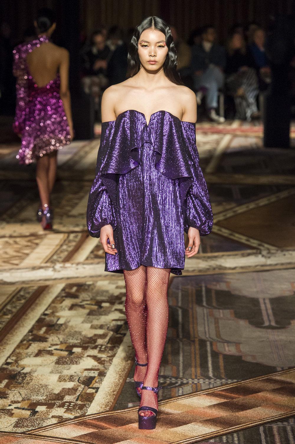 Halpern时装系列将幻想印花应用于宽大的缎面外套展示垂褶技巧-14.jpg