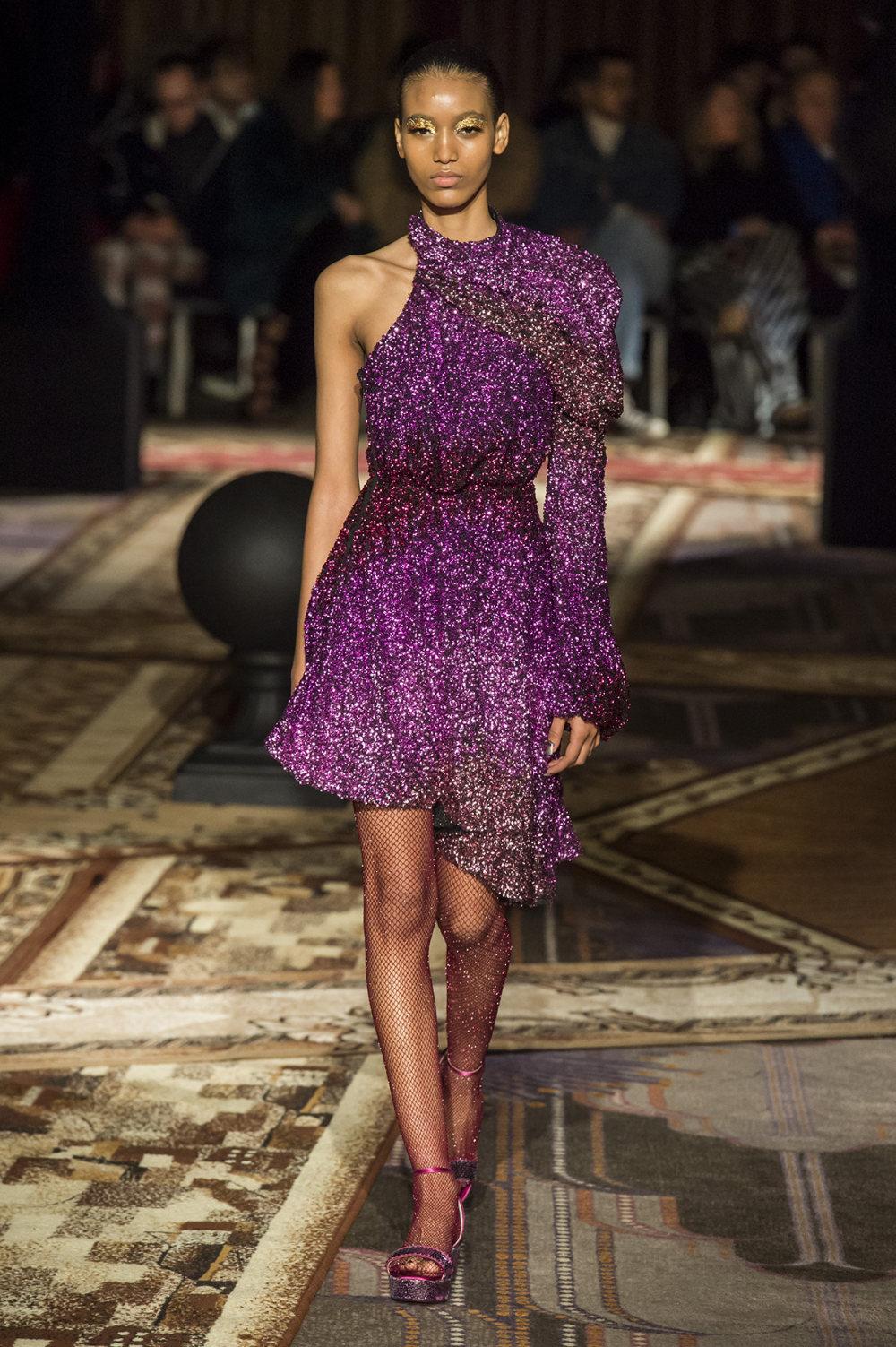 Halpern时装系列将幻想印花应用于宽大的缎面外套展示垂褶技巧-15.jpg