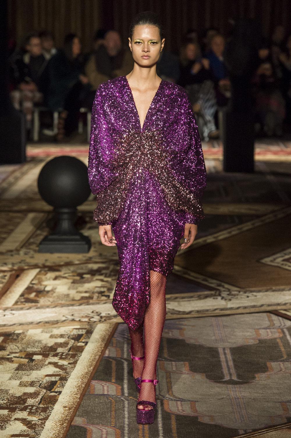 Halpern时装系列将幻想印花应用于宽大的缎面外套展示垂褶技巧-16.jpg