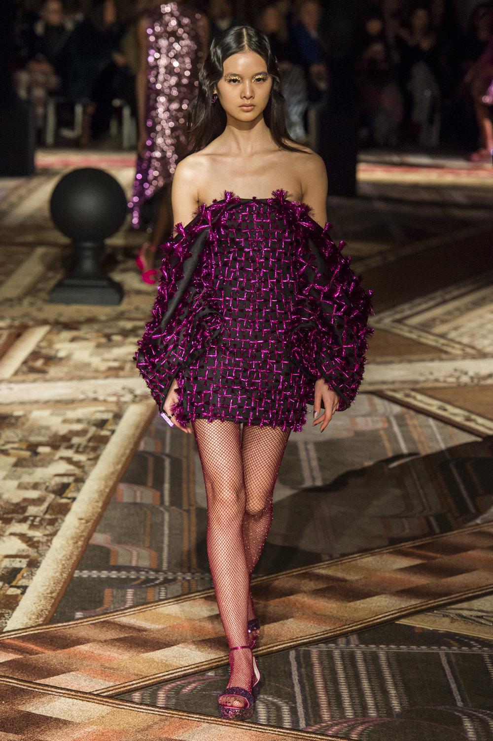 Halpern时装系列将幻想印花应用于宽大的缎面外套展示垂褶技巧-17.jpg