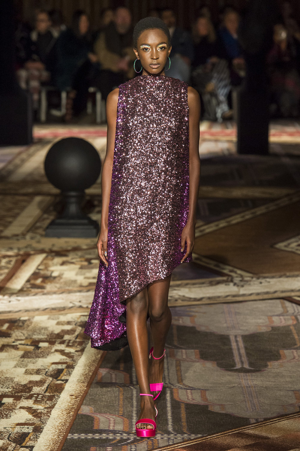 Halpern时装系列将幻想印花应用于宽大的缎面外套展示垂褶技巧-18.jpg