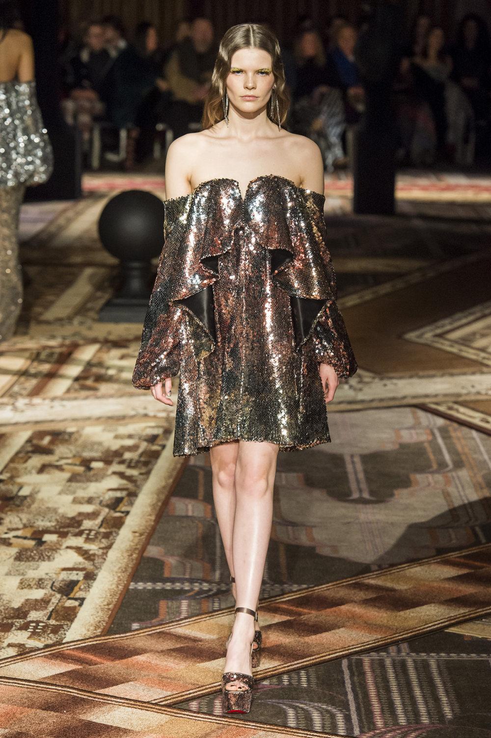 Halpern时装系列将幻想印花应用于宽大的缎面外套展示垂褶技巧-21.jpg