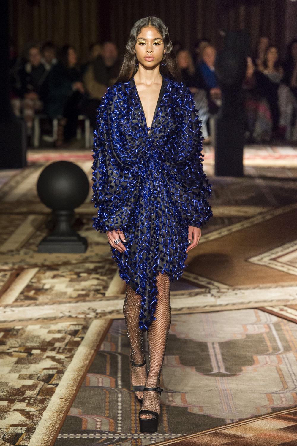 Halpern时装系列将幻想印花应用于宽大的缎面外套展示垂褶技巧-23.jpg