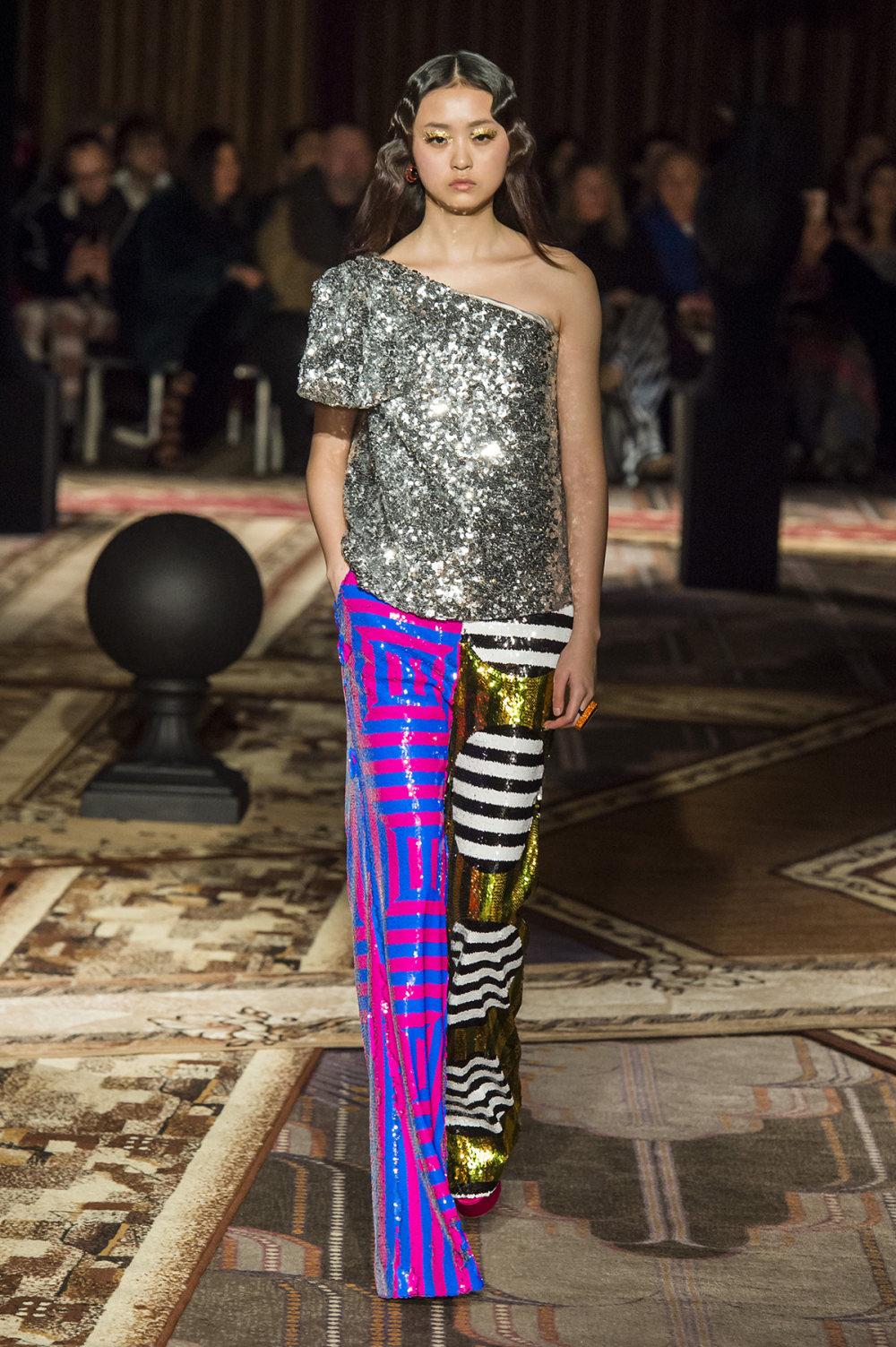 Halpern时装系列将幻想印花应用于宽大的缎面外套展示垂褶技巧-24.jpg