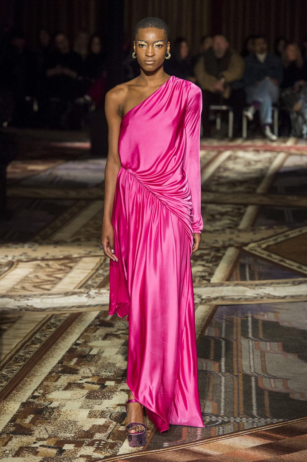 Halpern时装系列将幻想印花应用于宽大的缎面外套展示垂褶技巧-25.jpg