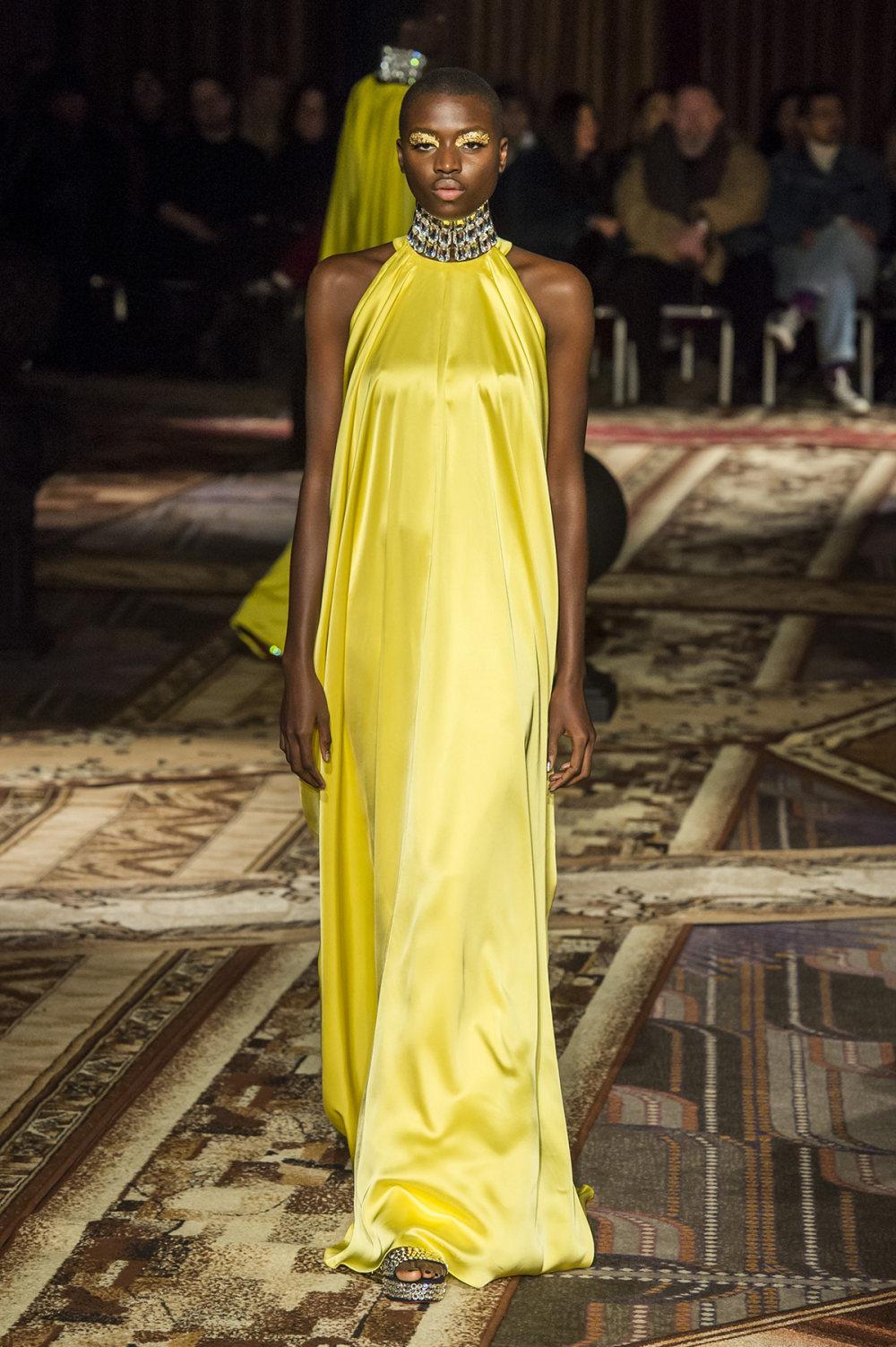 Halpern时装系列将幻想印花应用于宽大的缎面外套展示垂褶技巧-26.jpg
