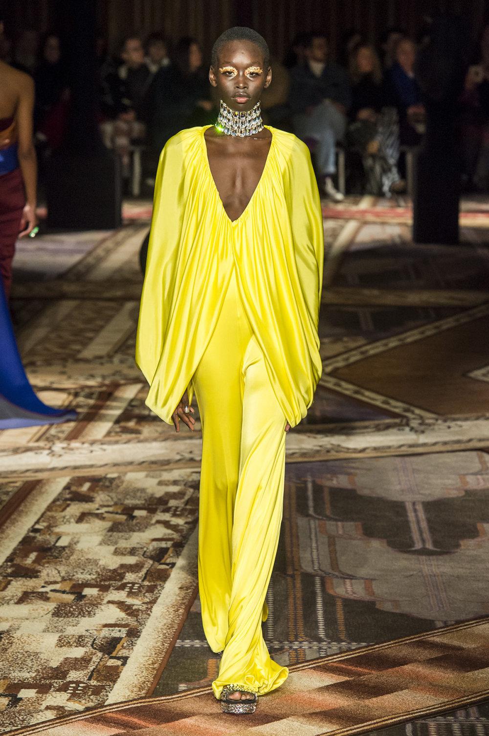 Halpern时装系列将幻想印花应用于宽大的缎面外套展示垂褶技巧-27.jpg