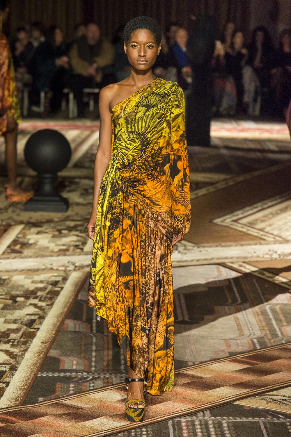 Halpern时装系列将幻想印花应用于宽大的缎面外套展示垂褶技巧-30.jpg