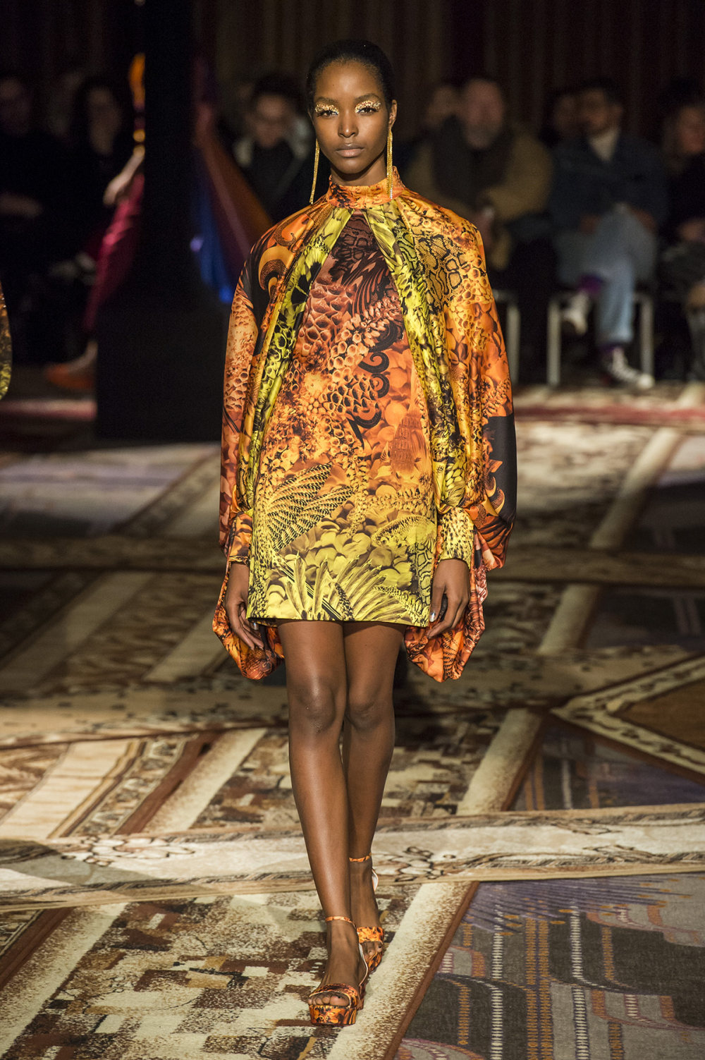 Halpern时装系列将幻想印花应用于宽大的缎面外套展示垂褶技巧-31.jpg