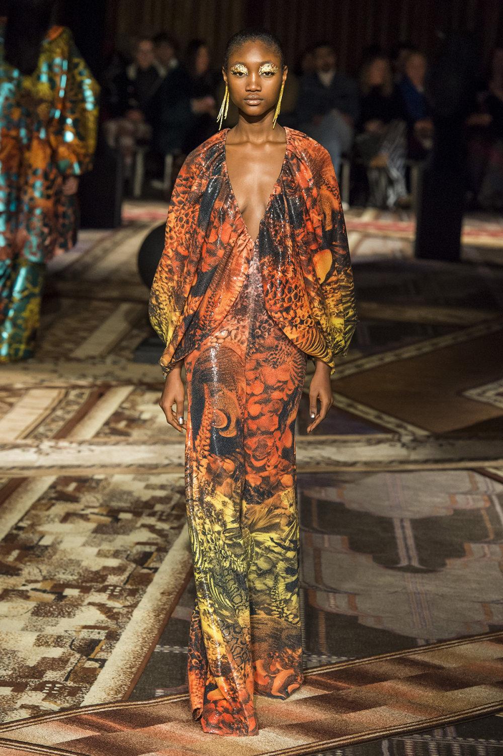 Halpern时装系列将幻想印花应用于宽大的缎面外套展示垂褶技巧-32.jpg