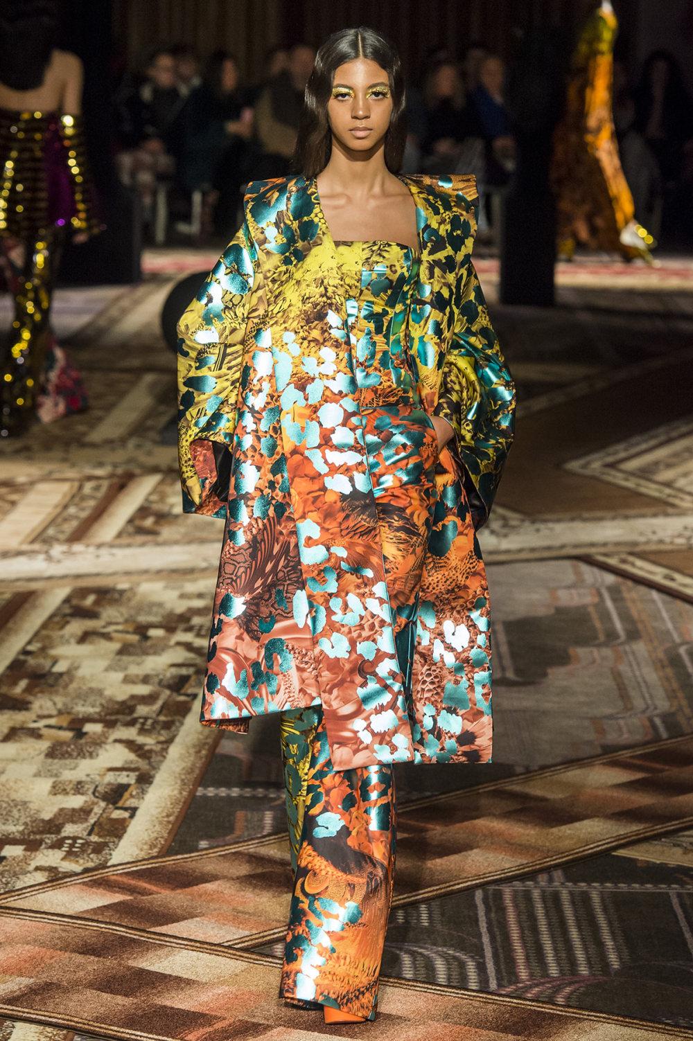 Halpern时装系列将幻想印花应用于宽大的缎面外套展示垂褶技巧-33.jpg