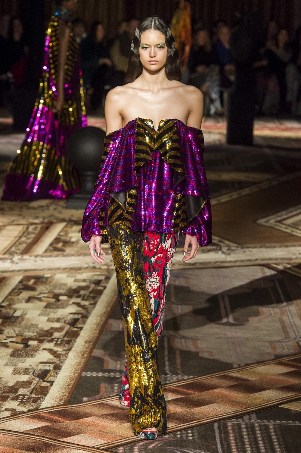 Halpern时装系列将幻想印花应用于宽大的缎面外套展示垂褶技巧-34.jpg