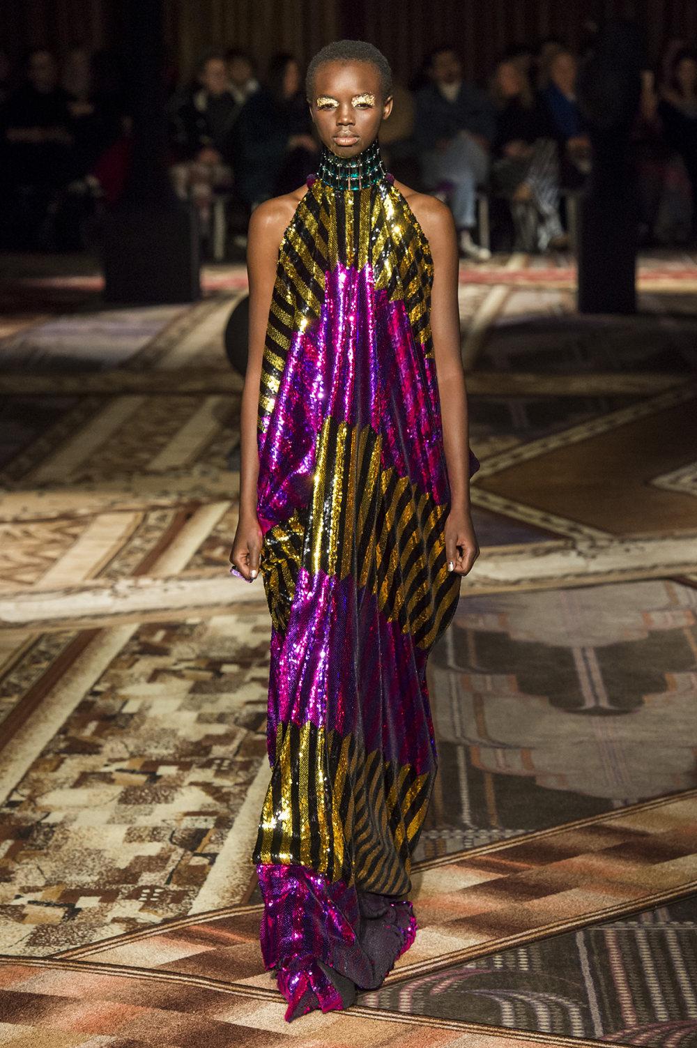 Halpern时装系列将幻想印花应用于宽大的缎面外套展示垂褶技巧-35.jpg