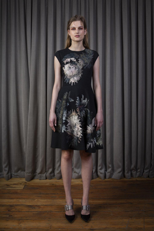 Alice Archer时装系列将中世纪植物木刻在轮廓上搭配甜美刺绣-6.jpg