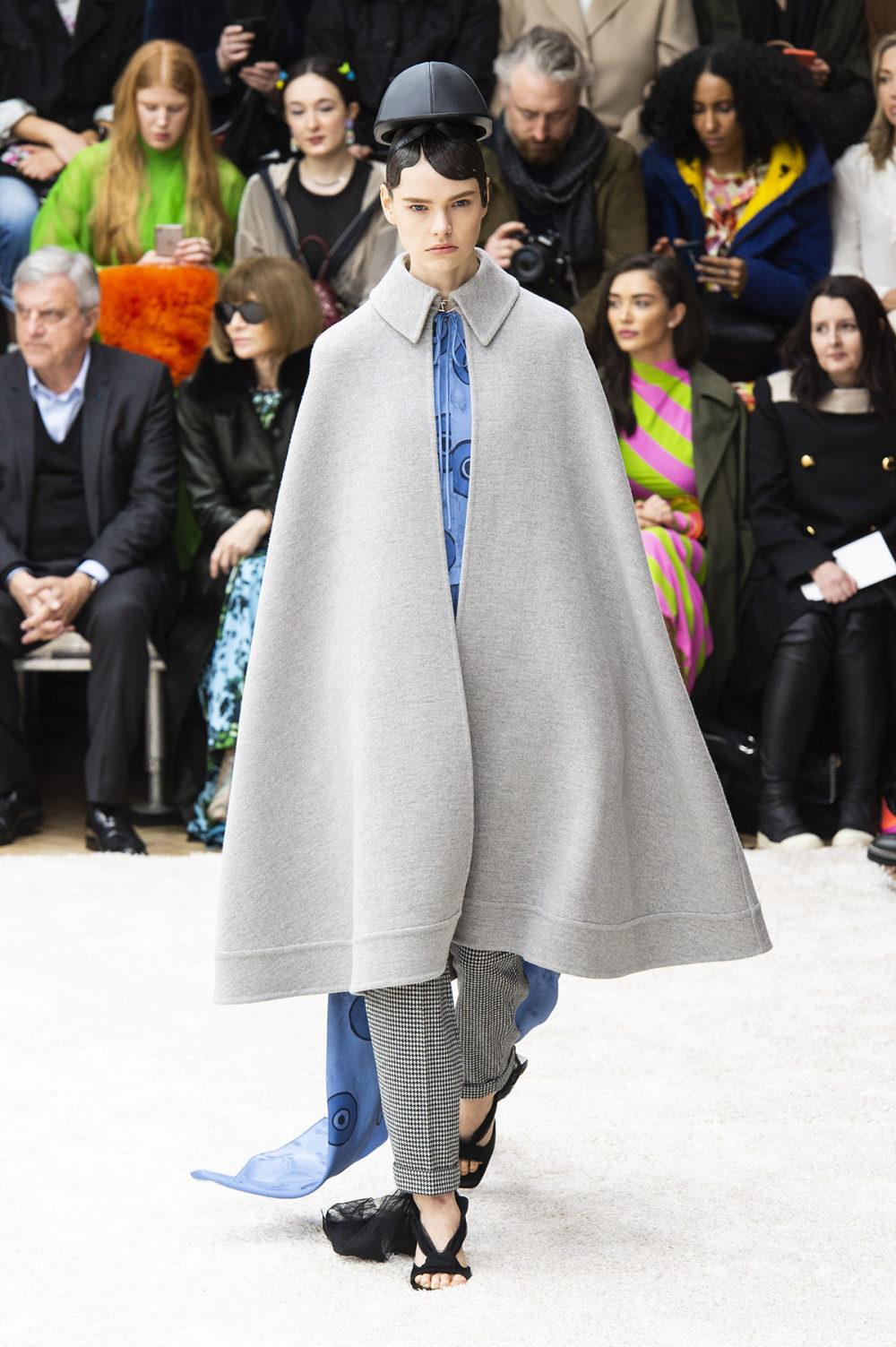 JW Anderson时装系列连衣裙是柔软的边缘用褶皱和长窗帘制成的-1.jpg