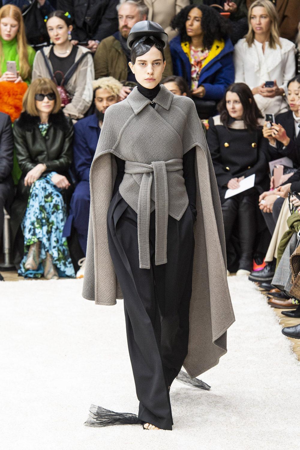 JW Anderson时装系列连衣裙是柔软的边缘用褶皱和长窗帘制成的-2.jpg