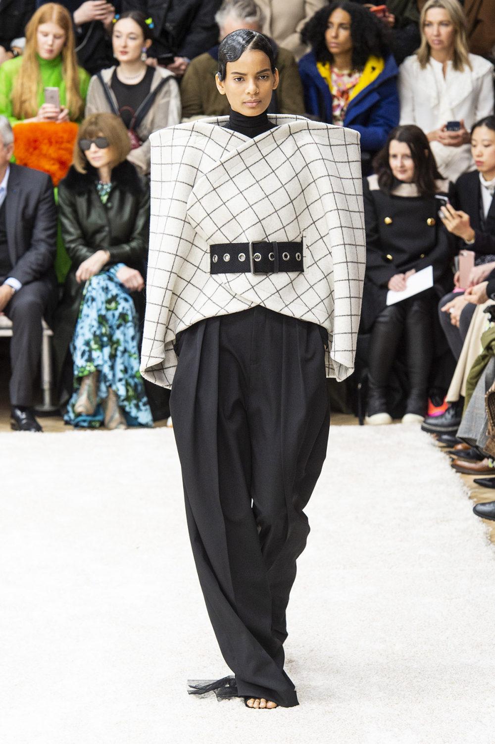 JW Anderson时装系列连衣裙是柔软的边缘用褶皱和长窗帘制成的-4.jpg