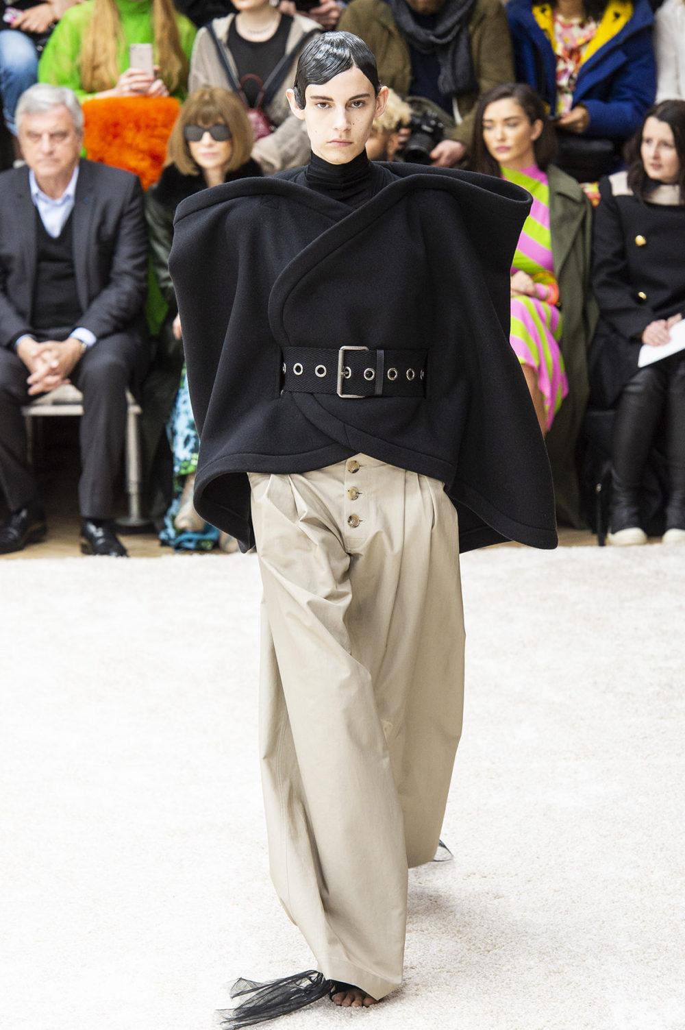 JW Anderson时装系列连衣裙是柔软的边缘用褶皱和长窗帘制成的-3.jpg