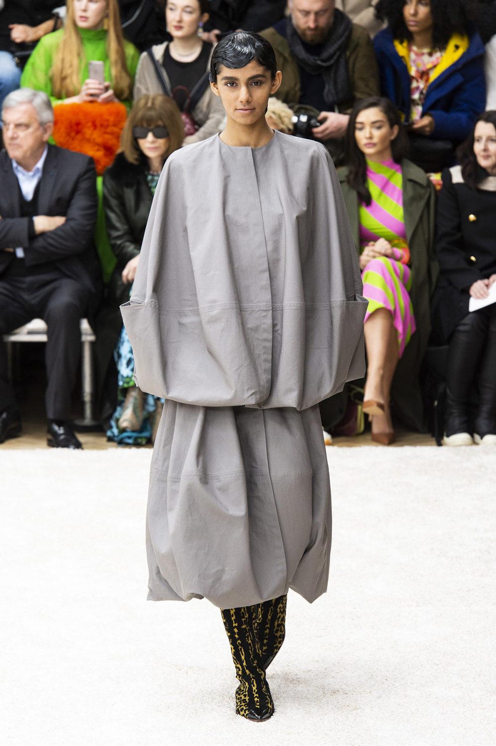 JW Anderson时装系列连衣裙是柔软的边缘用褶皱和长窗帘制成的-5.jpg