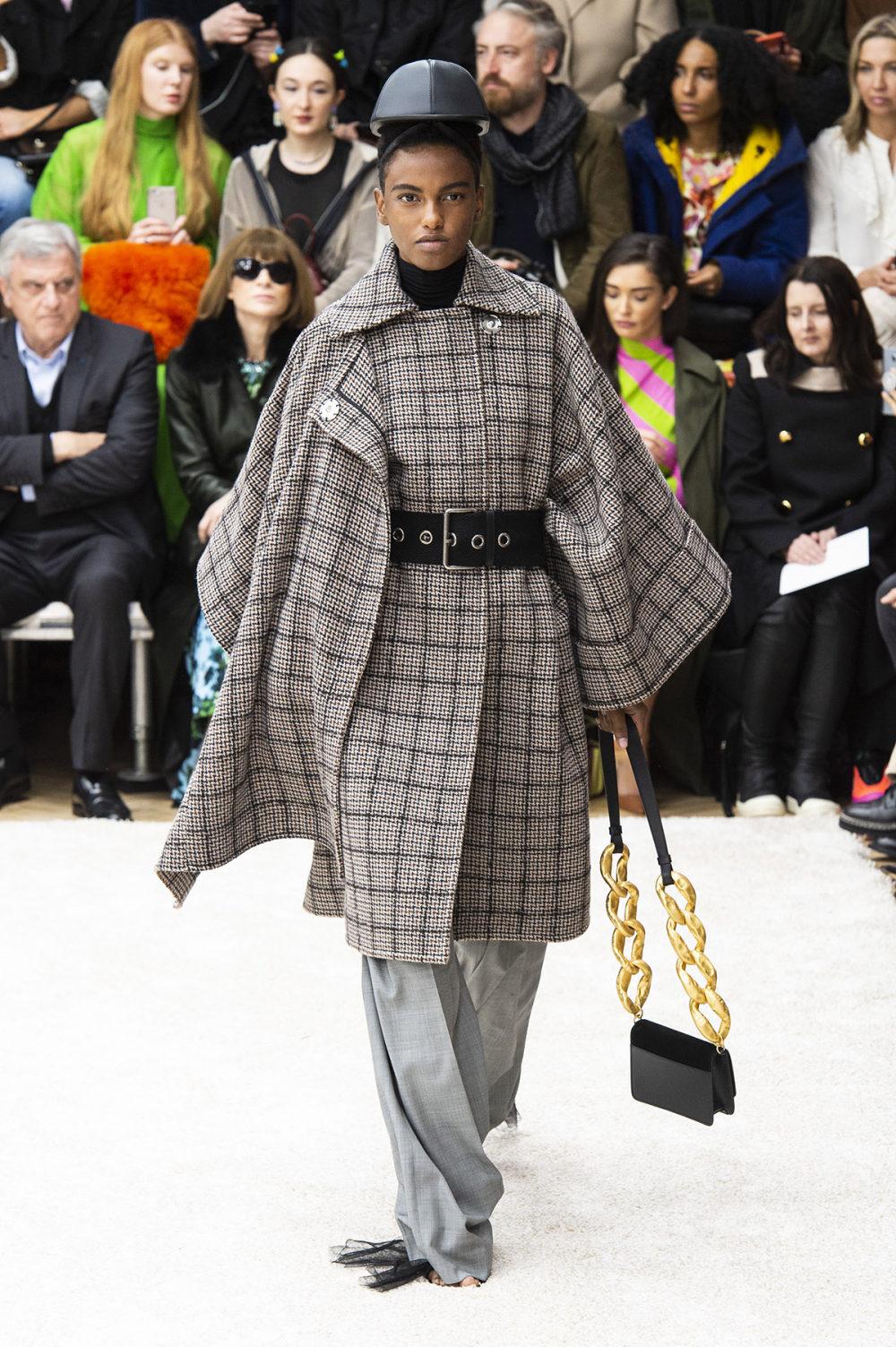JW Anderson时装系列连衣裙是柔软的边缘用褶皱和长窗帘制成的-6.jpg
