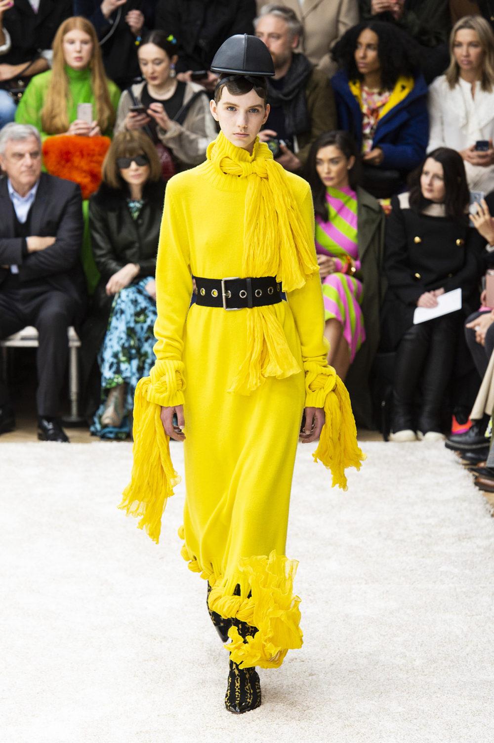 JW Anderson时装系列连衣裙是柔软的边缘用褶皱和长窗帘制成的-7.jpg