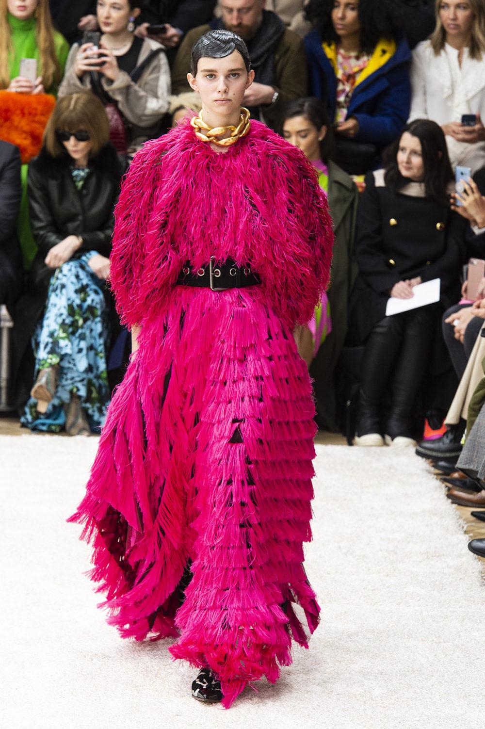 JW Anderson时装系列连衣裙是柔软的边缘用褶皱和长窗帘制成的-8.jpg