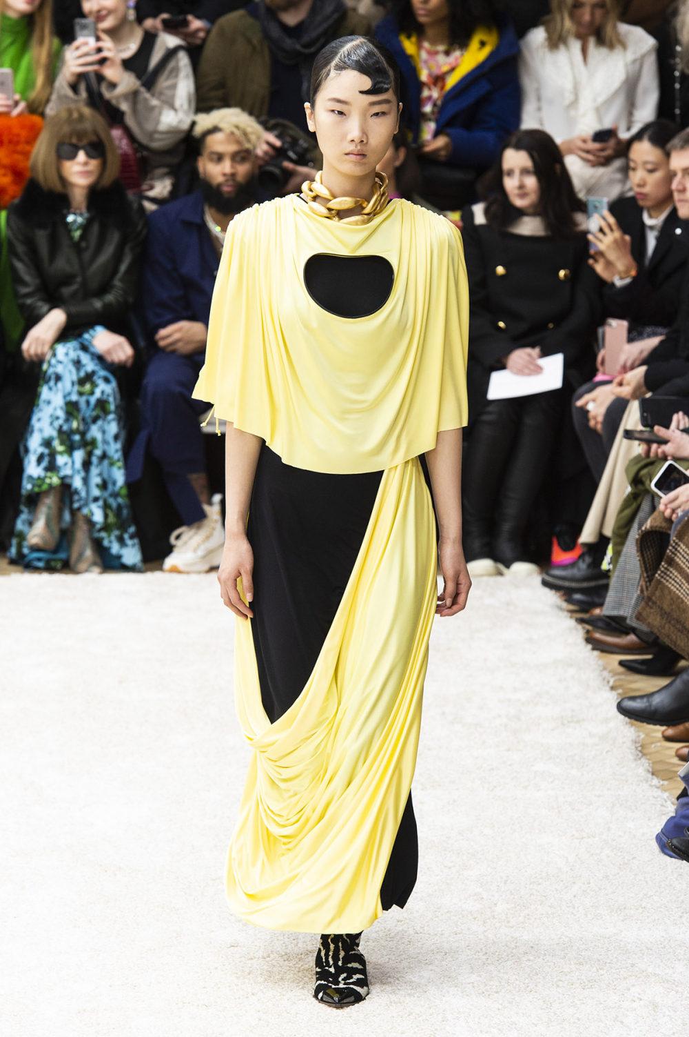 JW Anderson时装系列连衣裙是柔软的边缘用褶皱和长窗帘制成的-9.jpg