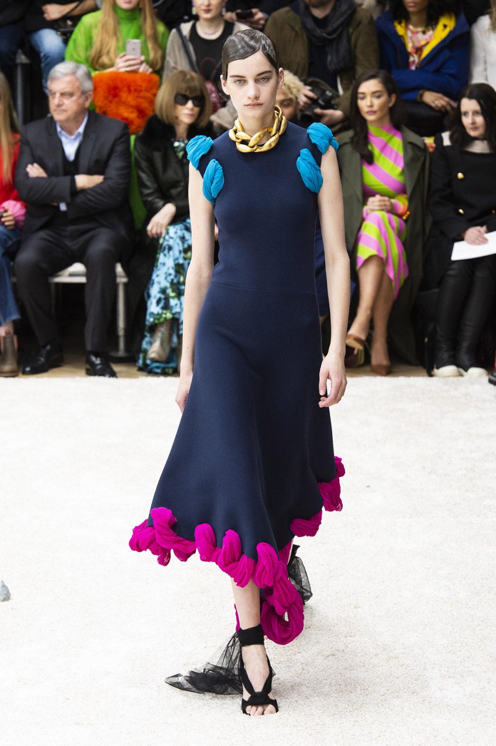 JW Anderson时装系列连衣裙是柔软的边缘用褶皱和长窗帘制成的-11.jpg