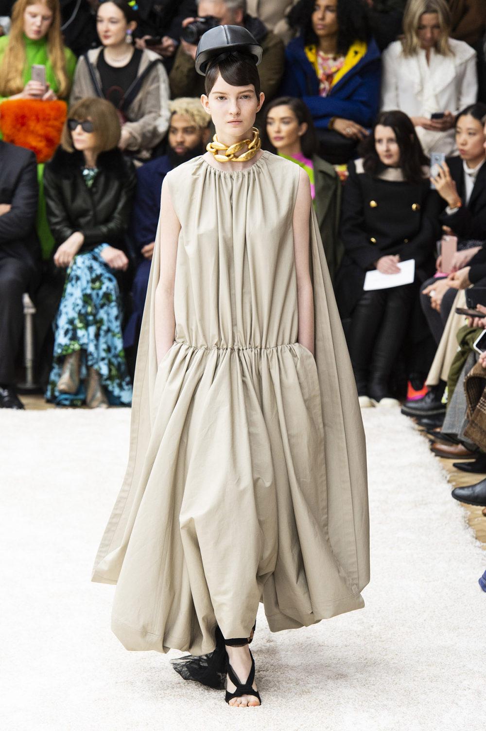 JW Anderson时装系列连衣裙是柔软的边缘用褶皱和长窗帘制成的-10.jpg