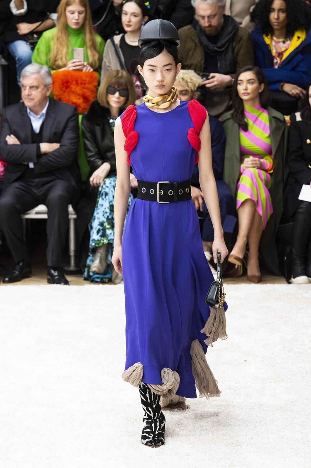 JW Anderson时装系列连衣裙是柔软的边缘用褶皱和长窗帘制成的-12.jpg