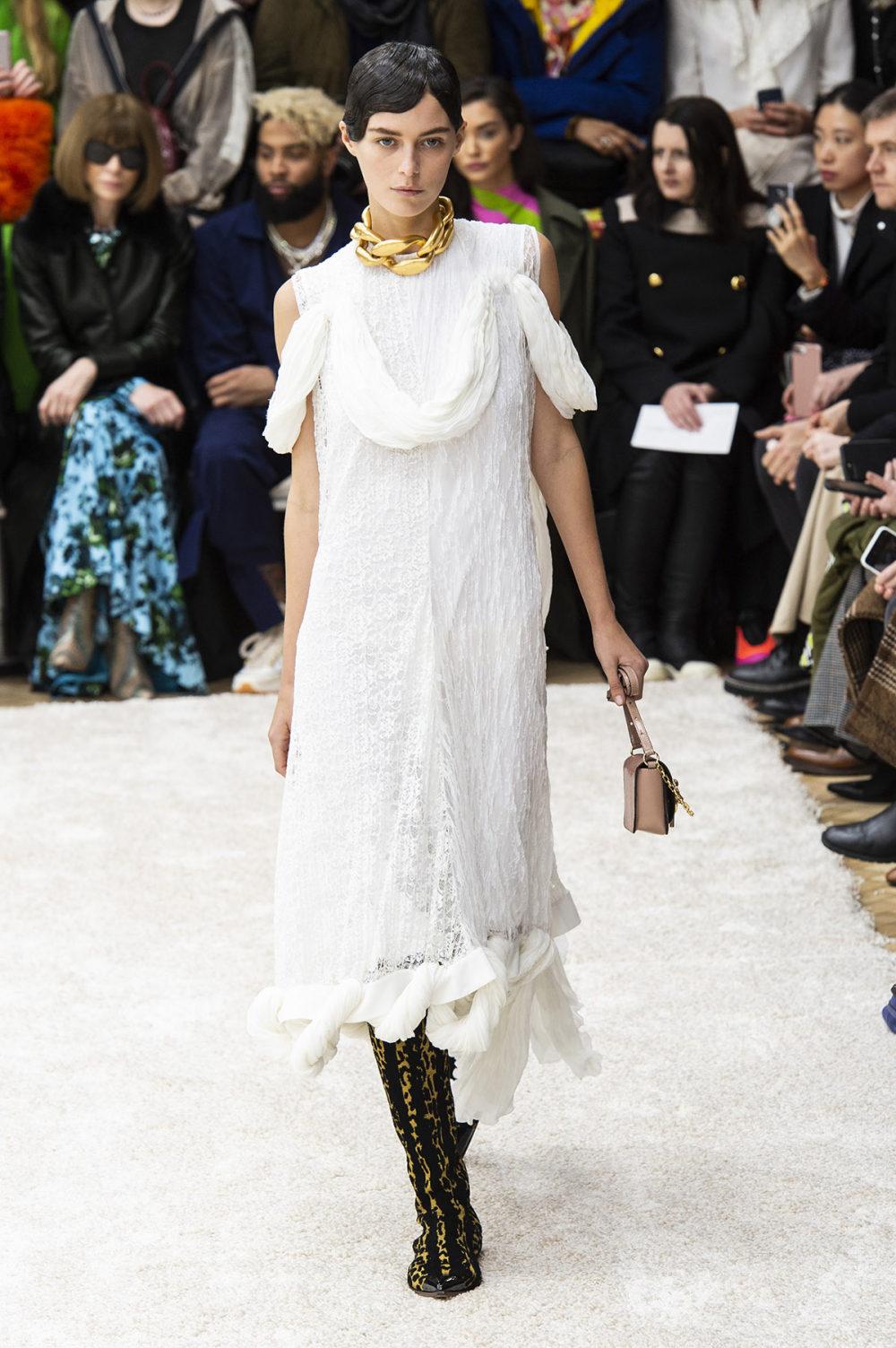 JW Anderson时装系列连衣裙是柔软的边缘用褶皱和长窗帘制成的-13.jpg