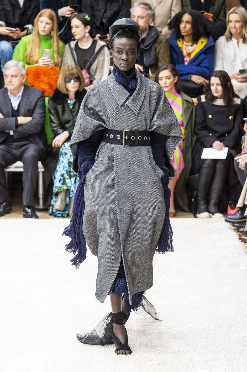 JW Anderson时装系列连衣裙是柔软的边缘用褶皱和长窗帘制成的-14.jpg