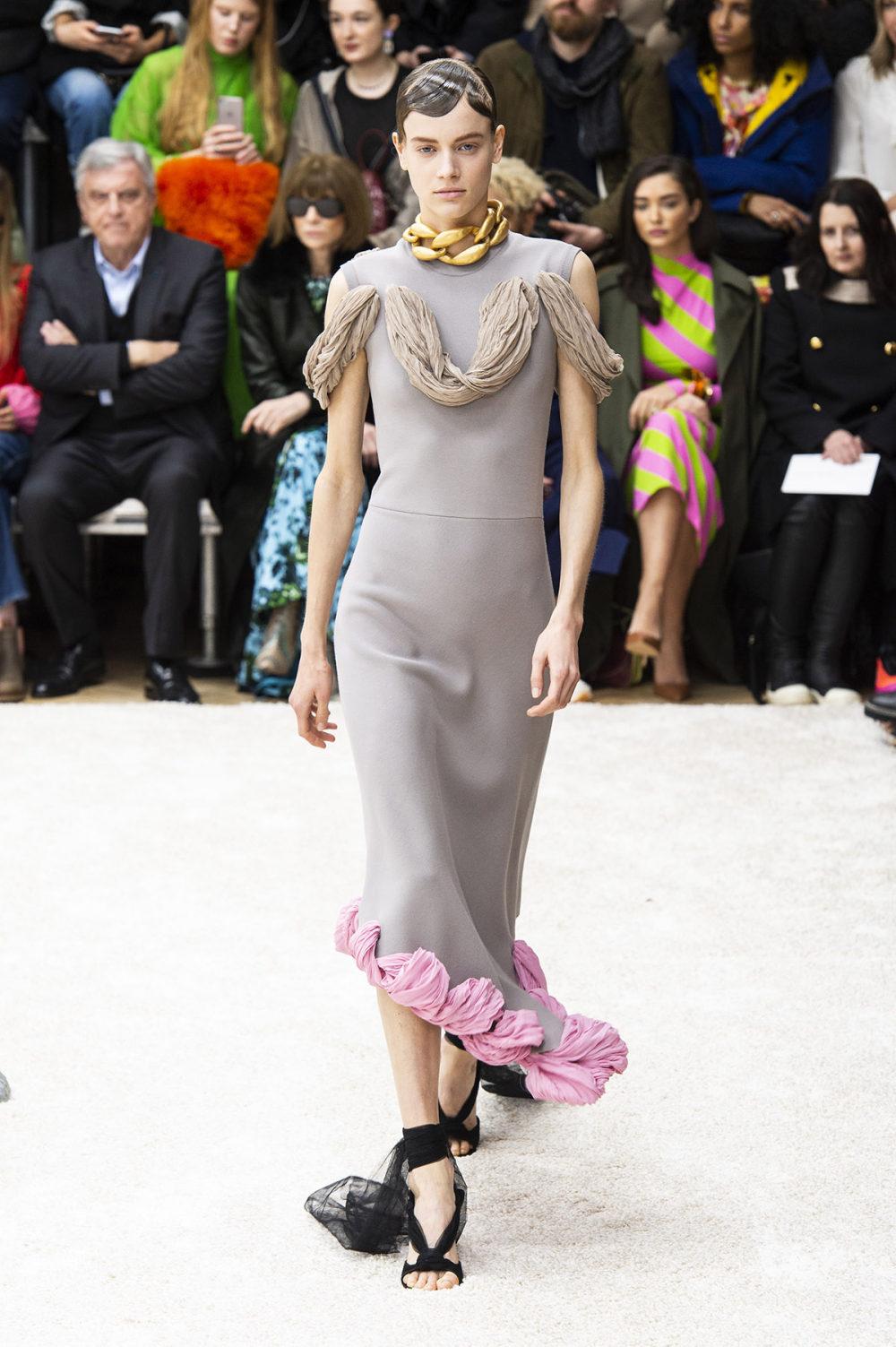 JW Anderson时装系列连衣裙是柔软的边缘用褶皱和长窗帘制成的-15.jpg