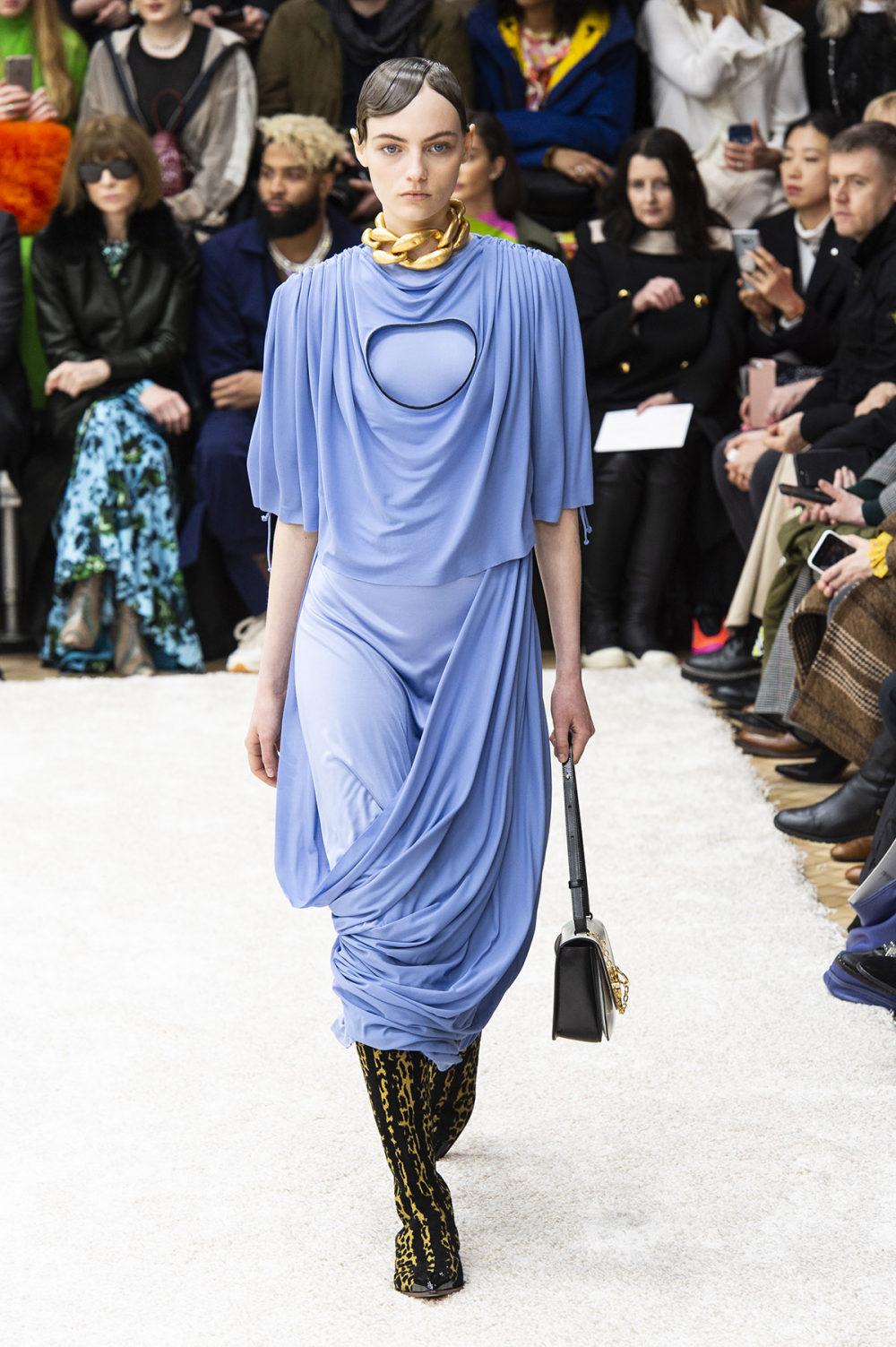 JW Anderson时装系列连衣裙是柔软的边缘用褶皱和长窗帘制成的-16.jpg