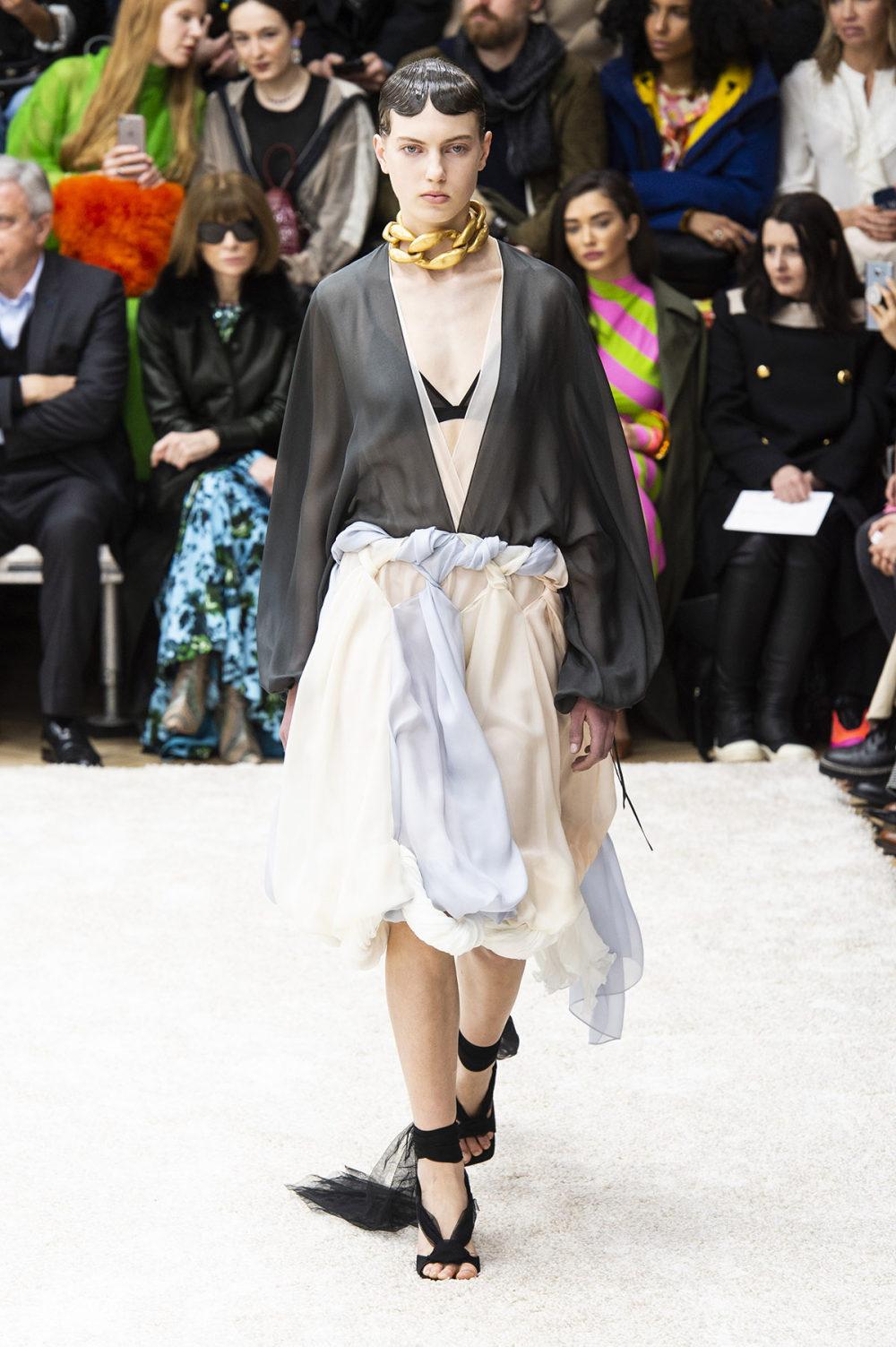 JW Anderson时装系列连衣裙是柔软的边缘用褶皱和长窗帘制成的-17.jpg