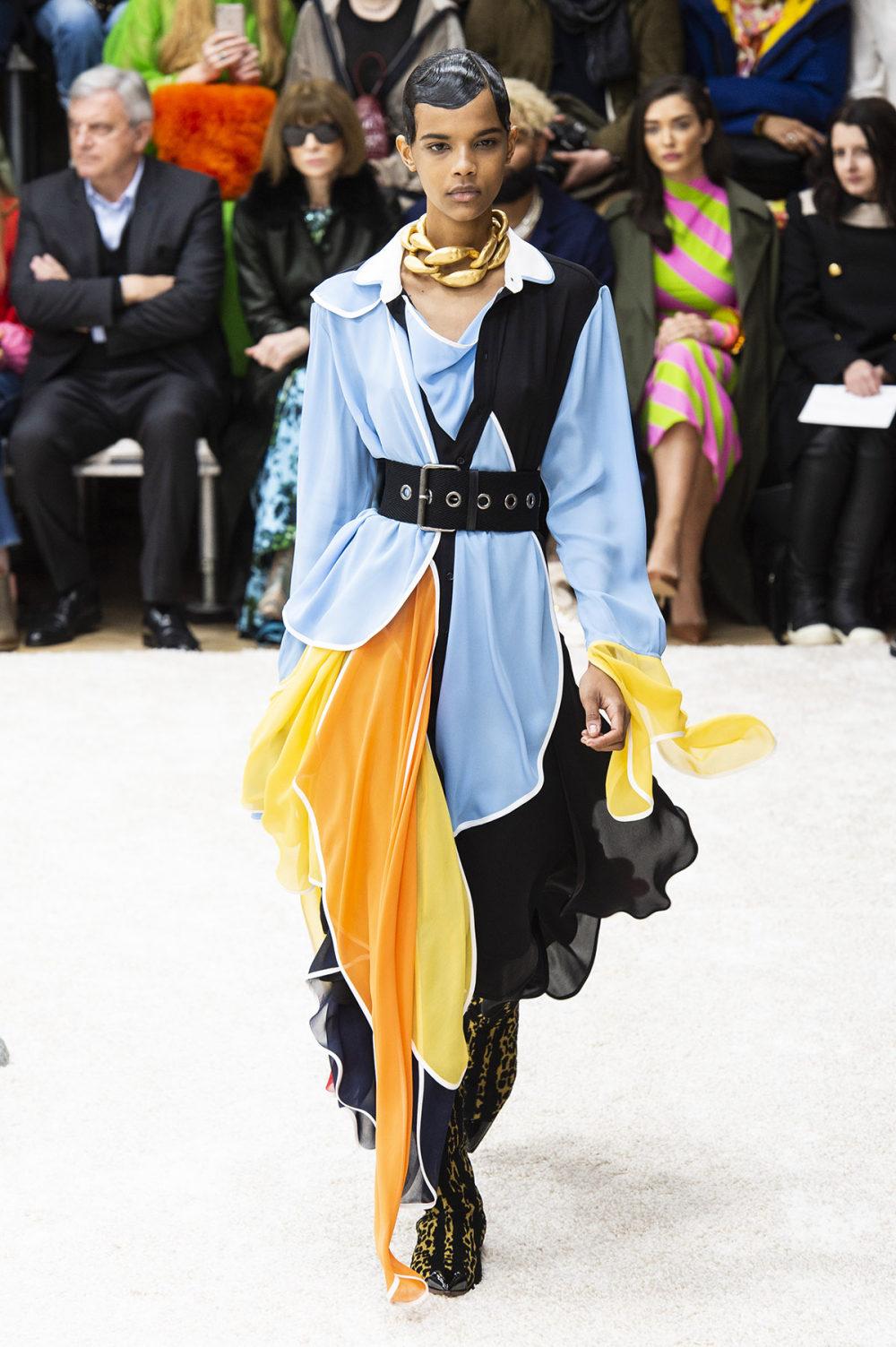 JW Anderson时装系列连衣裙是柔软的边缘用褶皱和长窗帘制成的-18.jpg