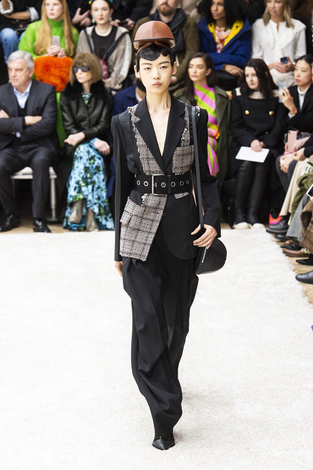 JW Anderson时装系列连衣裙是柔软的边缘用褶皱和长窗帘制成的-19.jpg
