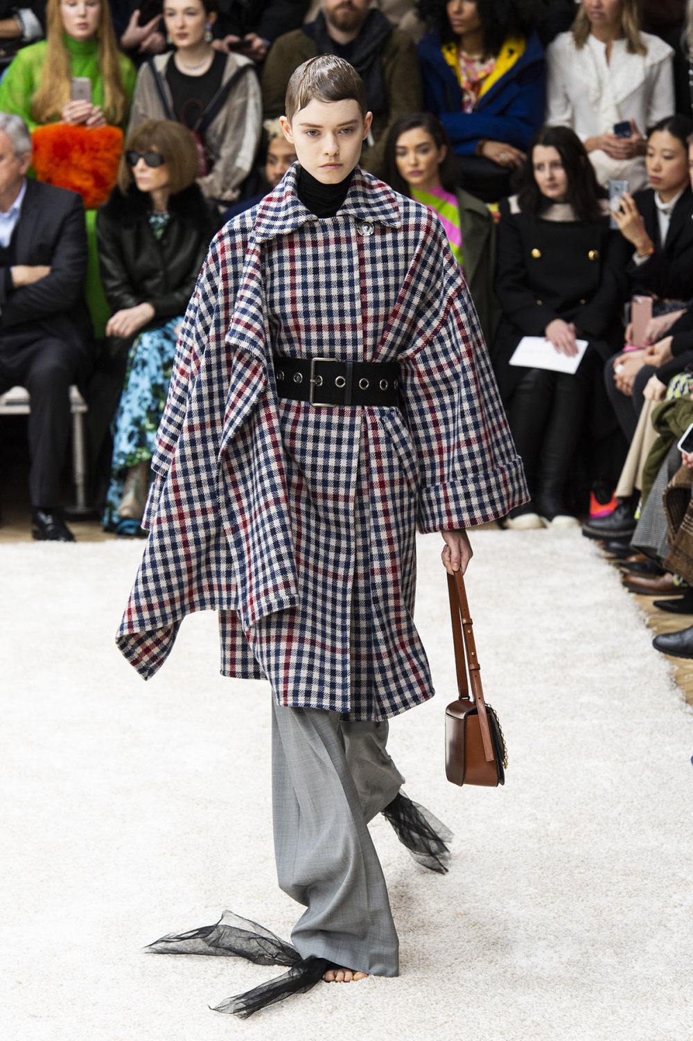 JW Anderson时装系列连衣裙是柔软的边缘用褶皱和长窗帘制成的-20.jpg