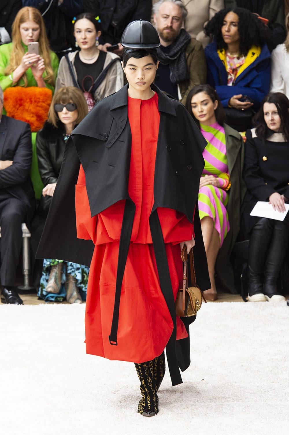 JW Anderson时装系列连衣裙是柔软的边缘用褶皱和长窗帘制成的-21.jpg