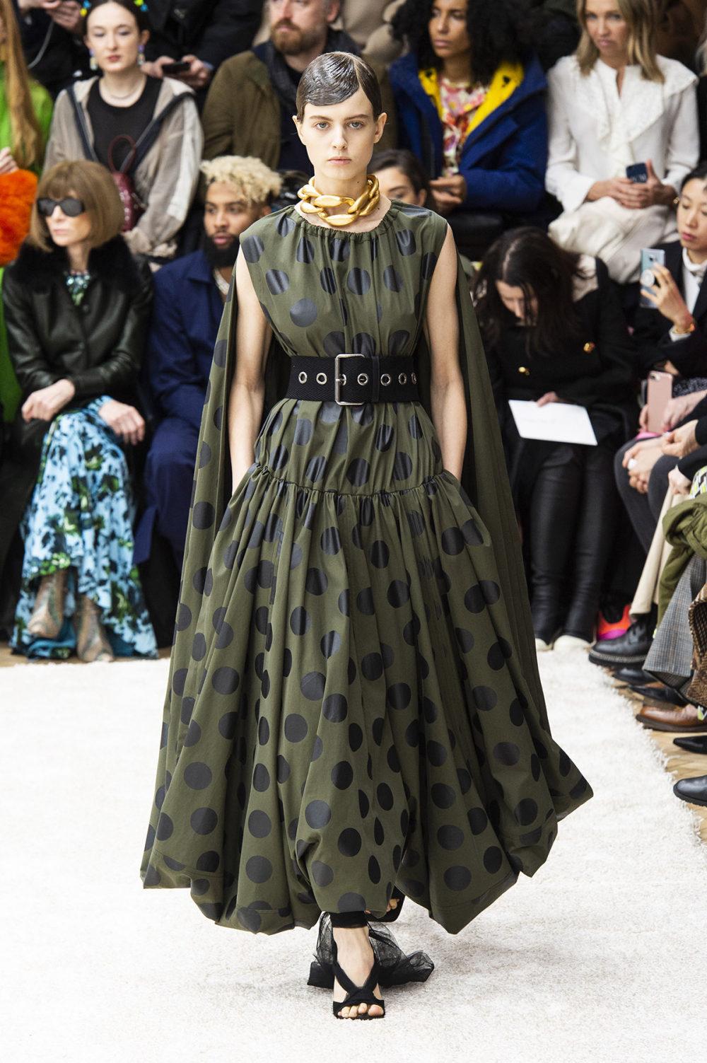 JW Anderson时装系列连衣裙是柔软的边缘用褶皱和长窗帘制成的-25.jpg