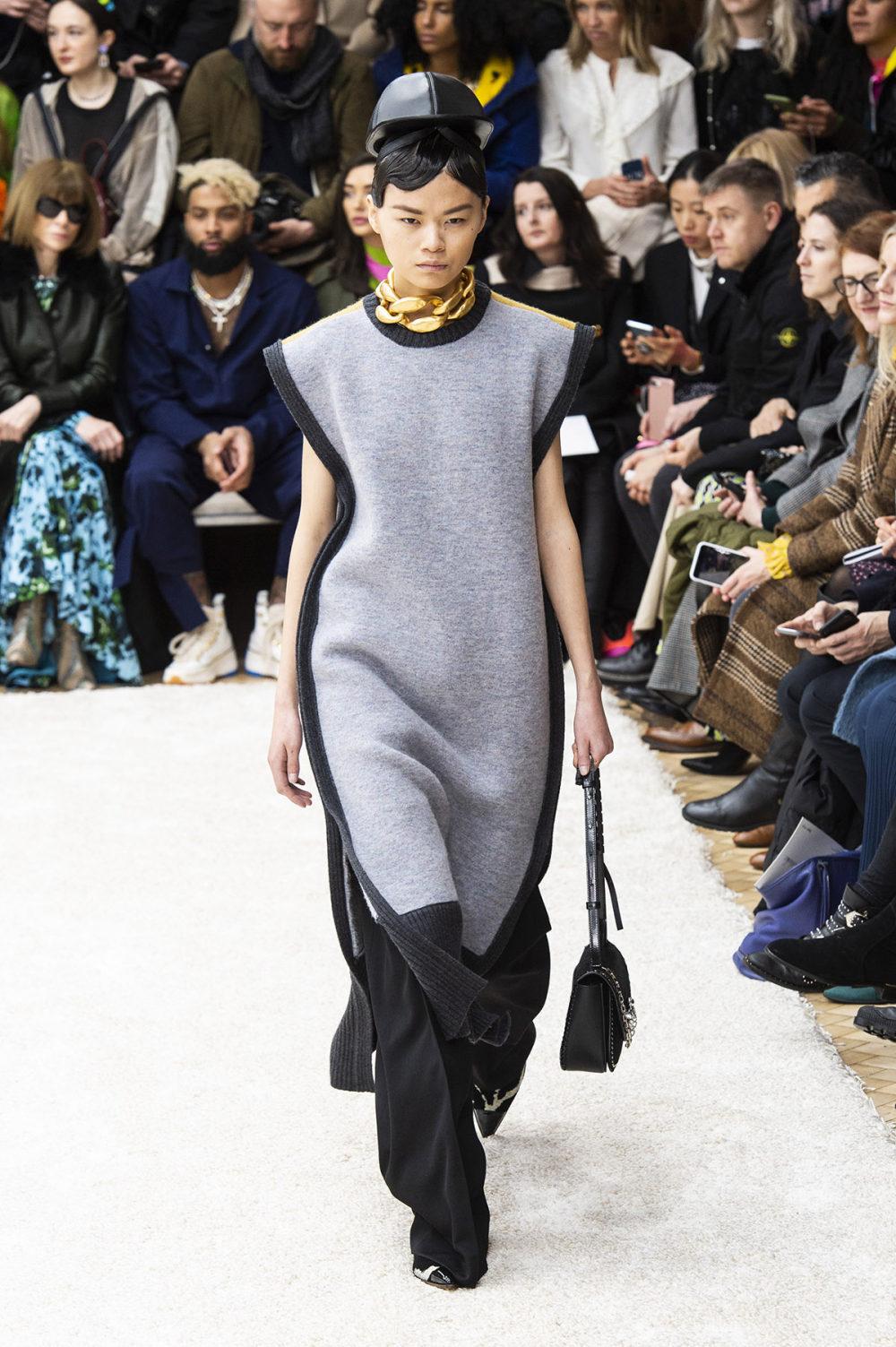 JW Anderson时装系列连衣裙是柔软的边缘用褶皱和长窗帘制成的-26.jpg