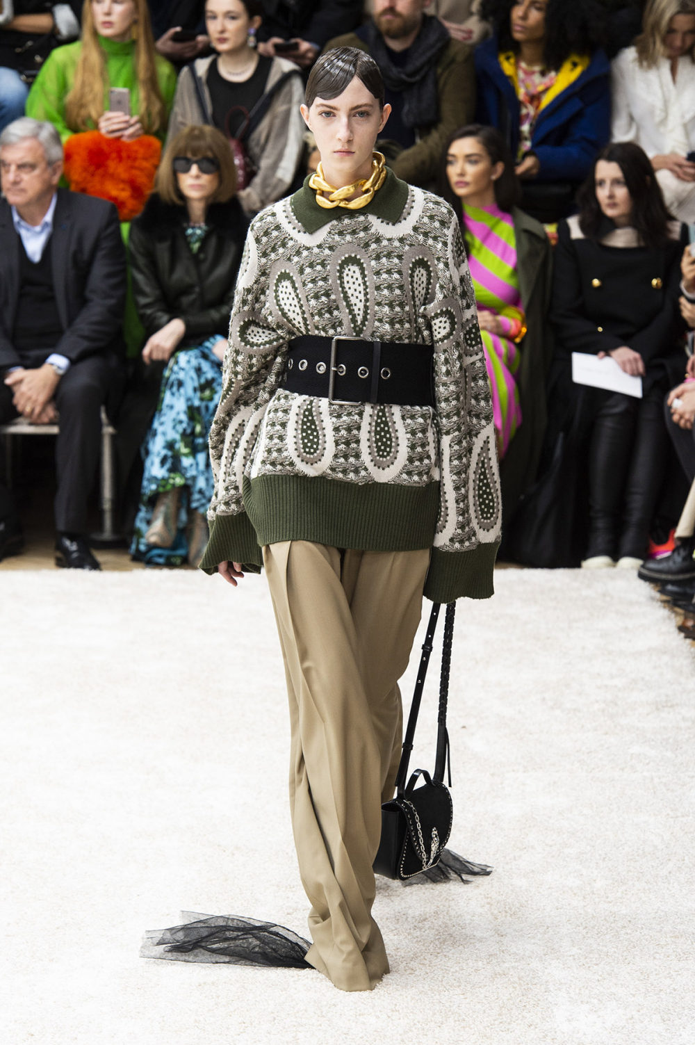 JW Anderson时装系列连衣裙是柔软的边缘用褶皱和长窗帘制成的-28.jpg
