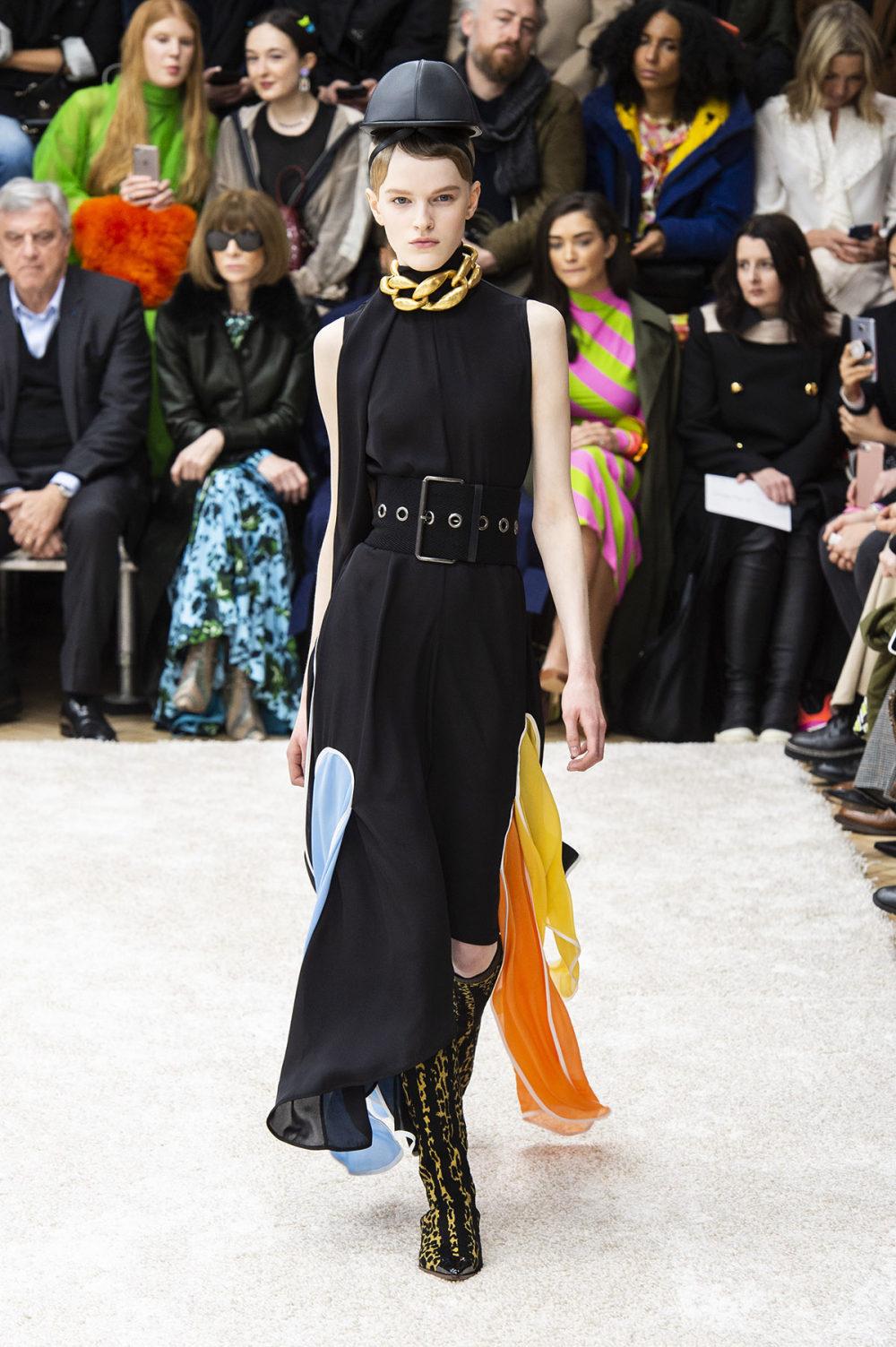 JW Anderson时装系列连衣裙是柔软的边缘用褶皱和长窗帘制成的-29.jpg