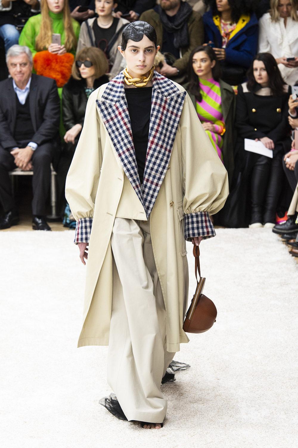 JW Anderson时装系列连衣裙是柔软的边缘用褶皱和长窗帘制成的-30.jpg