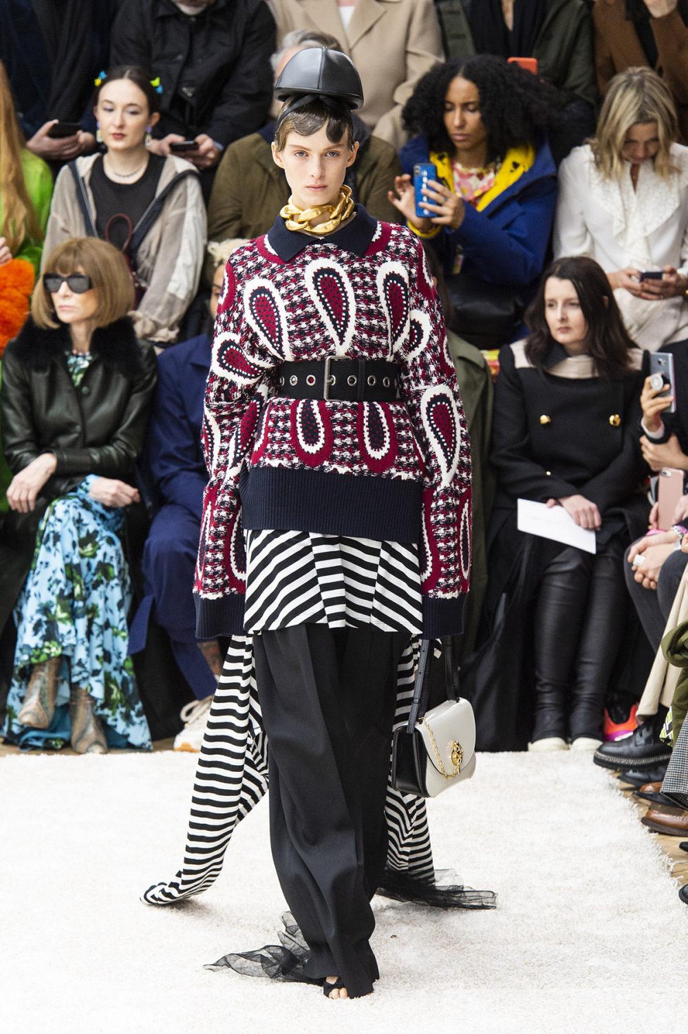 JW Anderson时装系列连衣裙是柔软的边缘用褶皱和长窗帘制成的-31.jpg